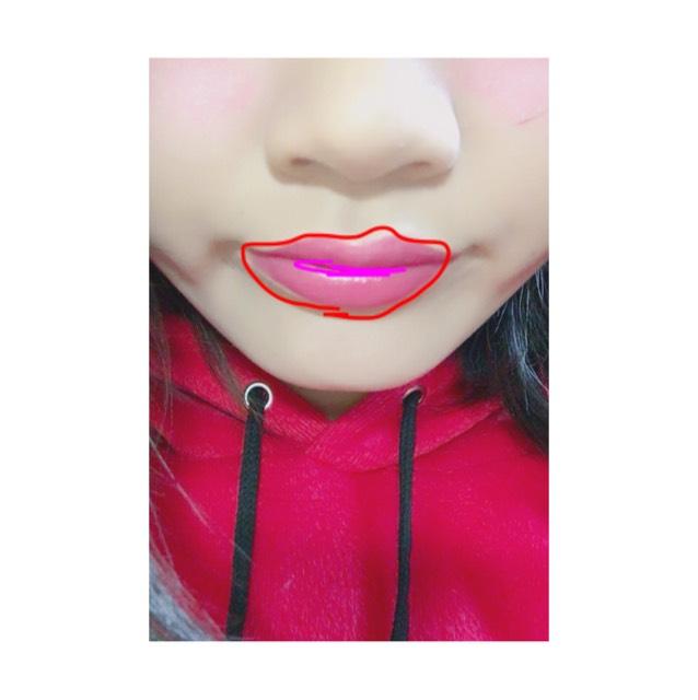 濃い赤を赤い部分に、 グロスみたいなのを唇の中心に。