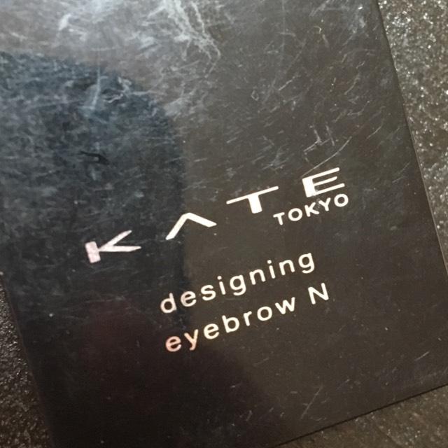 KATEのアイブロウをたっぷり眉毛につけます