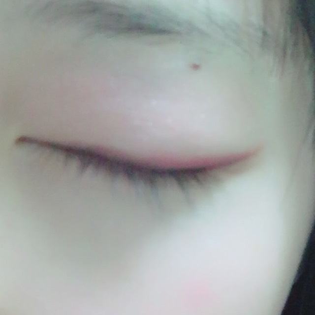 ローズピンクのカラーを指で瞼にのせます。目尻側だけにボロドーを仕込みます。黒目の外から目尻やや長めに引きます。