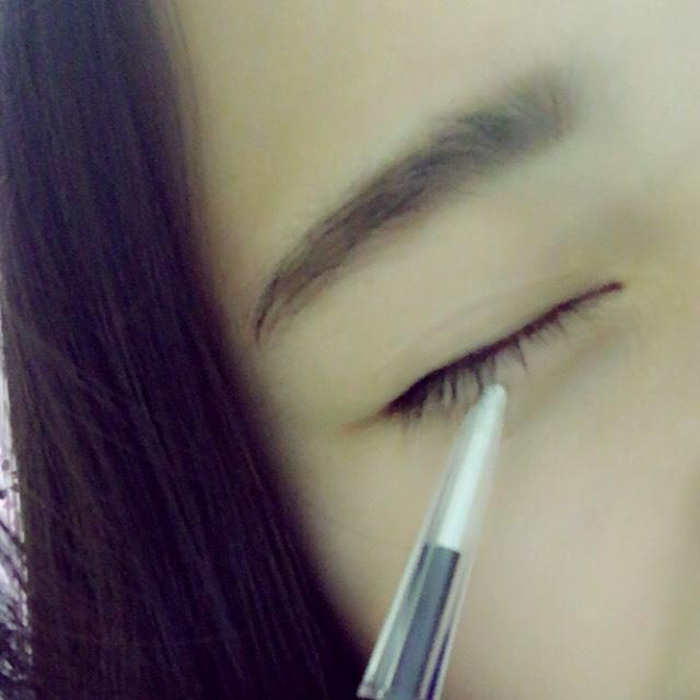 KATEの白いペンシルでで 涙袋を書きます!