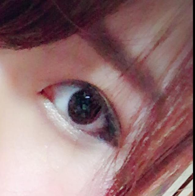 眉毛の下の部分から書いていく。目と眉は近い方が美人に見えるので少し自眉より下に平行に書いていく。次に上を下と平行になるように書いて、最後に隙間を埋める
