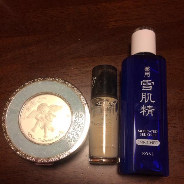 化粧水は、 雪肌精(*^^*)  ファンデーションは レブロン150と、 ミラノコレクション 2014  どっちも とっても優秀で オススメ(^o^)