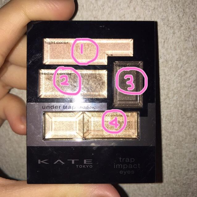 KATEのケイトトラップインパクトアイズBR-2 ①をアイホール全体に⇒②と④を手の甲の上で混ぜて二重幅よりも広めに⇒③と④を手の甲の上で混ぜてまつ毛の際に。