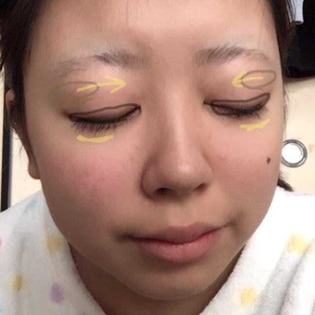 今 黒の線の中にブラウンを塗りました  今度は眉と目の間の茶色の線のところ辺りに写真1を塗ります(↓) それを黄色の矢印の向きのとおりに塗ります  そして黄色い線のところにも写真1を濃くなりすぎないように塗って強調し過ぎない涙袋ができます!  マスカラを塗ります