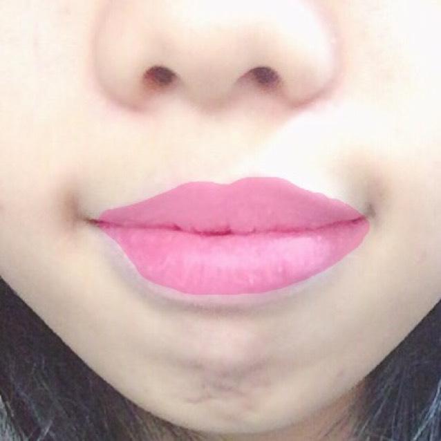 ティントを指にとり、唇全体に薄くのばす。