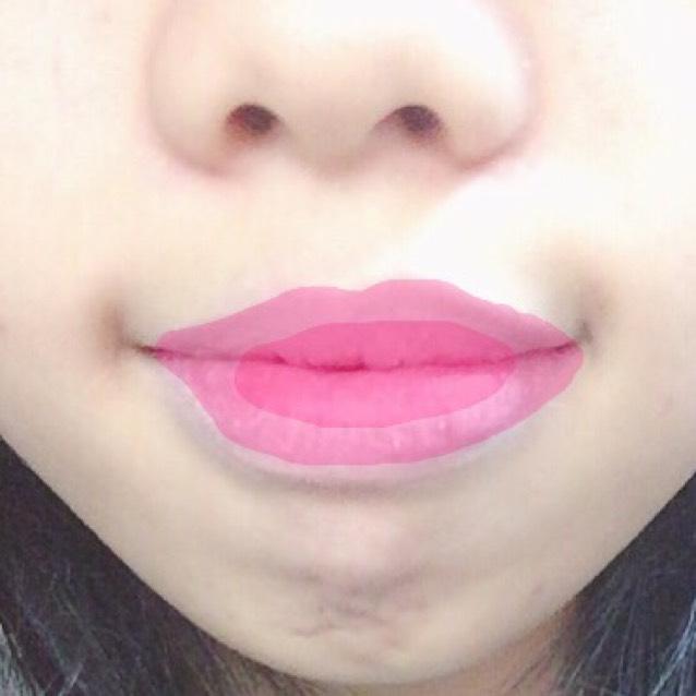 ティントを唇の中心(上唇の1/3、下唇の1/2)に直接スティックで付け、指でぼかす。