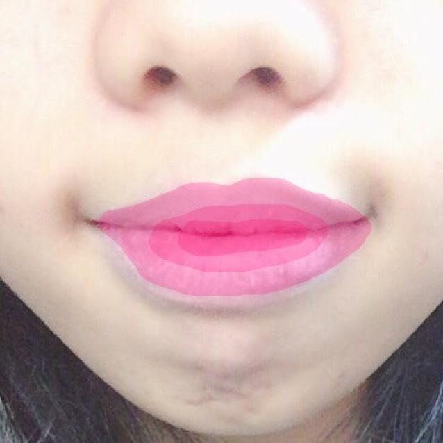 また唇の中心(今度は上唇の1/4、下唇の1/3くらい)にスティックで直接付ける。あまりぼかさずに乾かす。