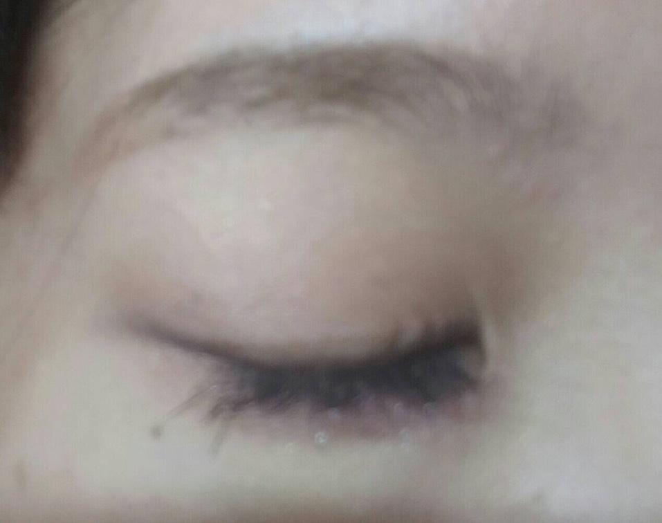 閉じた図  眉毛はランコムのアイブロウジェル?みたいなのを使って程よい太さの平行とアーチの中間くらいを目指して描く