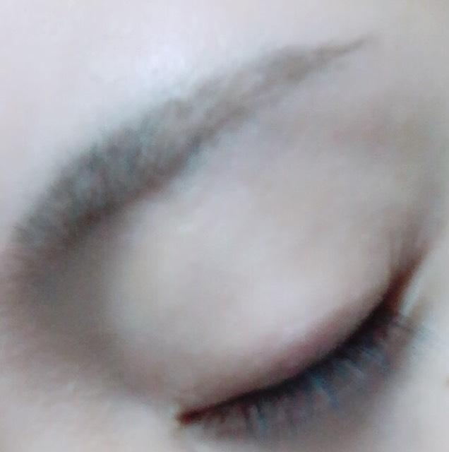 KATE アイブロウペンシルBR4 で眉毛の輪郭を書く