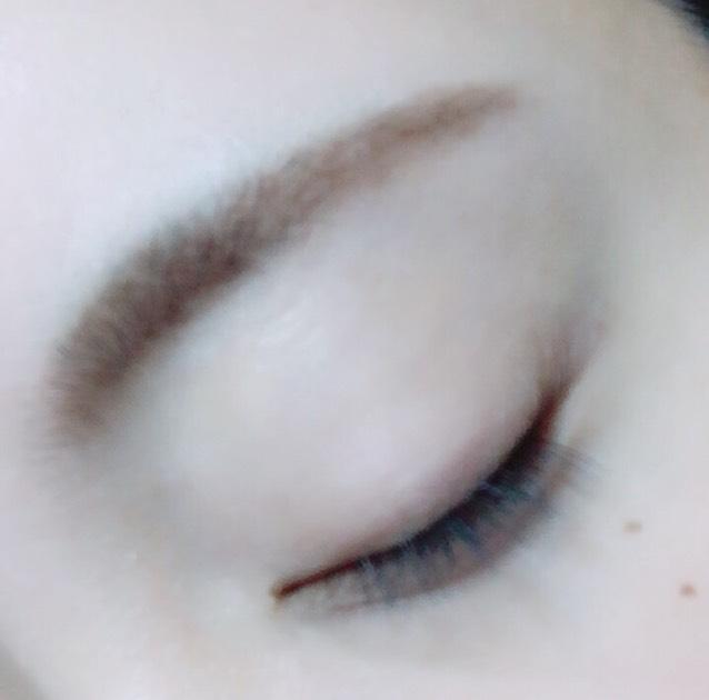 輪郭を先ほどのシャドウで埋めたら、下の真ん中のシャドウで目頭側の眉毛のから黒目くらいの所まで上に塗り足し立体感を出す