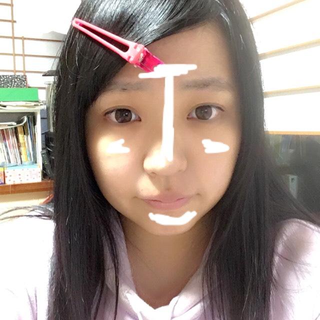 顔全体にフェイスパウダーをのせた後、画像のような位置にハイライトをのせます。