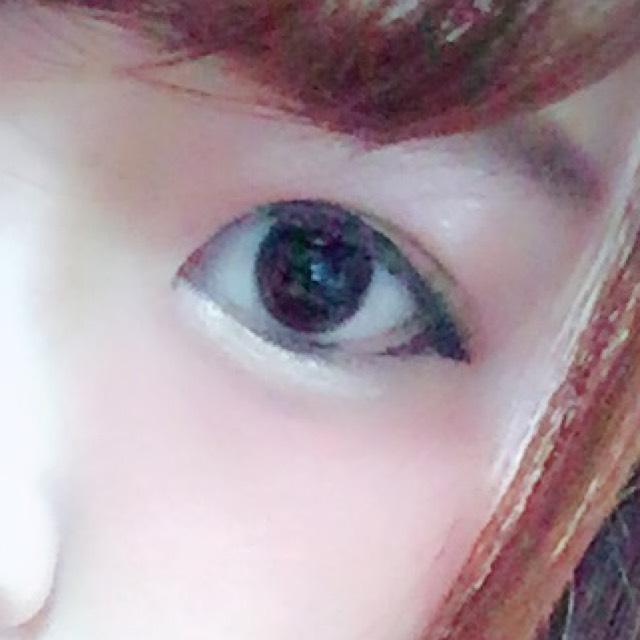 アイラインです。 まず、黒目から目尻に向かってタレ目気味に。 次に黒目から目頭に向かって引くと失敗しにくいです。 特に目尻に向かう時は、黒目の上は太めに 白目のところは二重幅を潰さないように細めに引くのがポイントです。