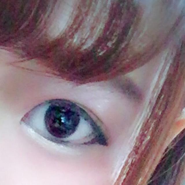 前髪で隠れてしまっててすみません。  眉毛です 眉毛はまず黒目の上から目尻少しはみ出すところまでペンシルで平行に書いていきます。 平行にするポイントは下のラインから徐々に上に書き足していくことです。 次に、ふわふわのブラシで全体に真ん中の色を載せていきます。 そして、固めのブラシで濃い色で毛のないところに足していきます。この時細かく動かすと生えてるっぽくなります  眉毛のポイントは地眉を生かしつつ、地眉より鉛筆の芯1個分下目に書くことです  目と眉の間は狭い方が美人に見えるそうです