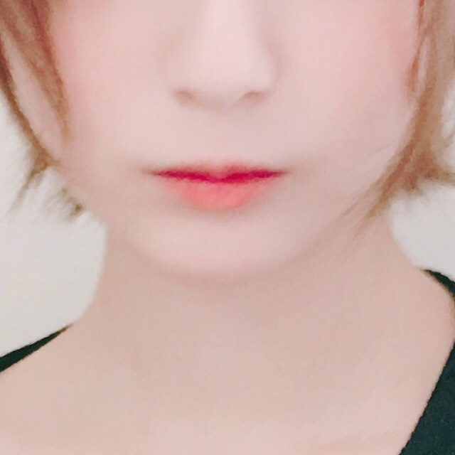 唇にワセリンを薄く塗った後、コフレドールのリップを内側を多めにするように塗ります。 上唇が薄くなるように塗ると唇が可愛くなります。