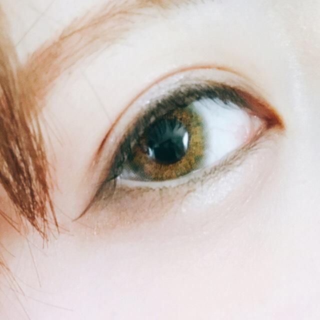 アイラインは横に細く書きます。  マスカラを上まつ毛に塗ります、目尻を2度塗りしてまつ毛を長くします。