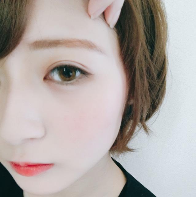 眉毛は全体にアイブロウパウダーの2番目に濃い色を塗ります。