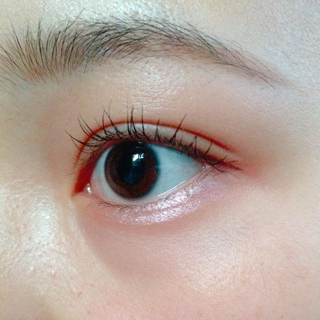 涙袋にパールピンクを引いて、アイラインは目尻に沿って目尻だけ引く、ビューラーでしっかりまつ毛を上げて透明マスカラを塗る