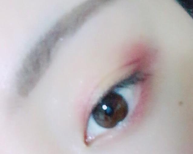 下まぶたの目尻から黒目の間にも紫のシャドウを塗る