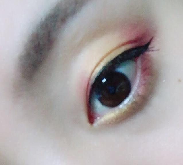しっかりとマスカラを塗って瞳を大きく見せる
