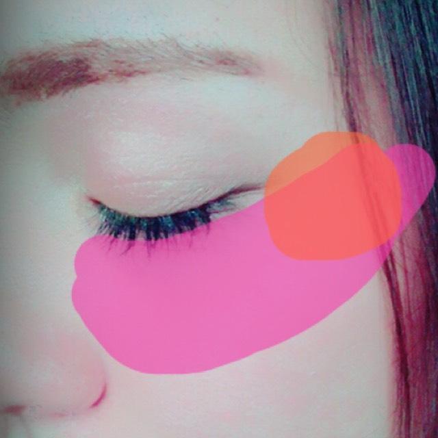 薄めのピンクを広げて、目の横に濃いめのピンクを載せます