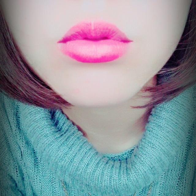 唇全体にポンポンっとのせて馴染ませる  濃ゆくなりすぎないように薄くのせます