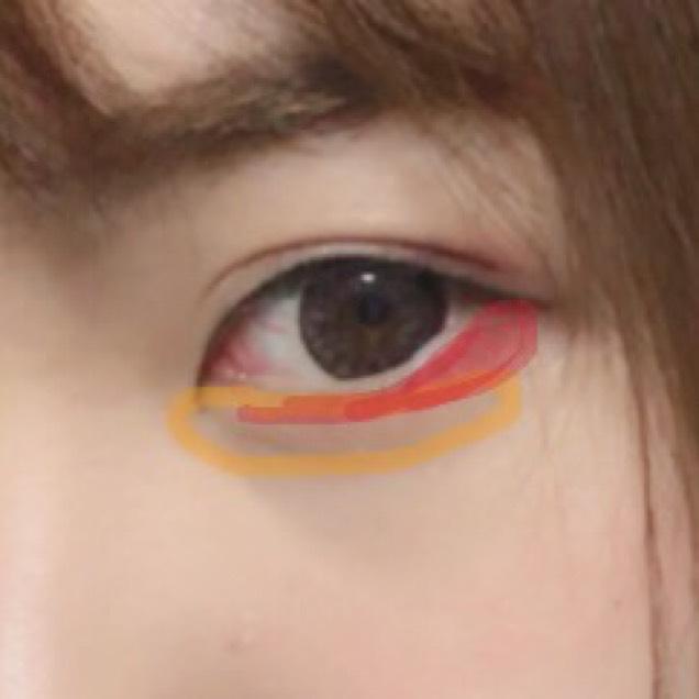 下は涙袋の所は白とかより明るめブラウンかベージュとかの方が自然だと思います。 あとは目尻から目頭にむかって細くなるようにキャンメイクの赤を入れます