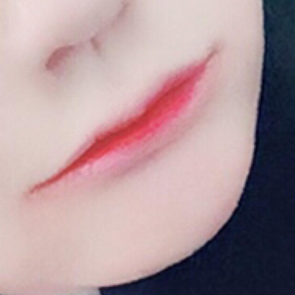 グラデーションにしたいので一回全部コンシーラーとかファンデーションで唇の色消してください。そして全部塗らずに細く薄く塗ります。そしたら薄い唇が出来上がりますq