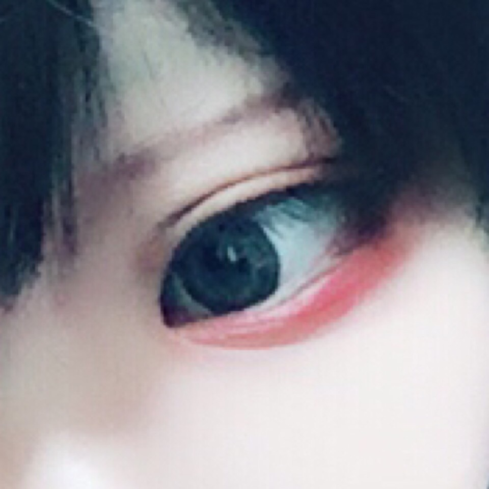 二重が出来たらまずケイトのアイシャドウの少し濃い茶色をアイホール全体にまぶします。そして濃い茶色を目の極に横長に入れていきます。