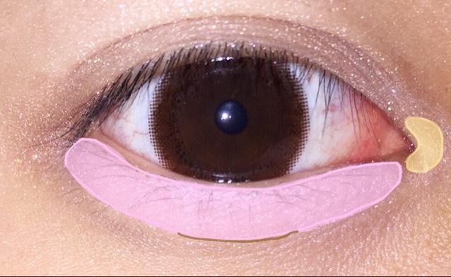 ③涙袋に薄ピンク系の    アイシャドウを薄く    塗ってKATEの    デザイニングアイブ    ロウNで影をつける♪  ④目頭側にくの字を    かくようにクリーム    系のアイシャドウを    のせる(♡)