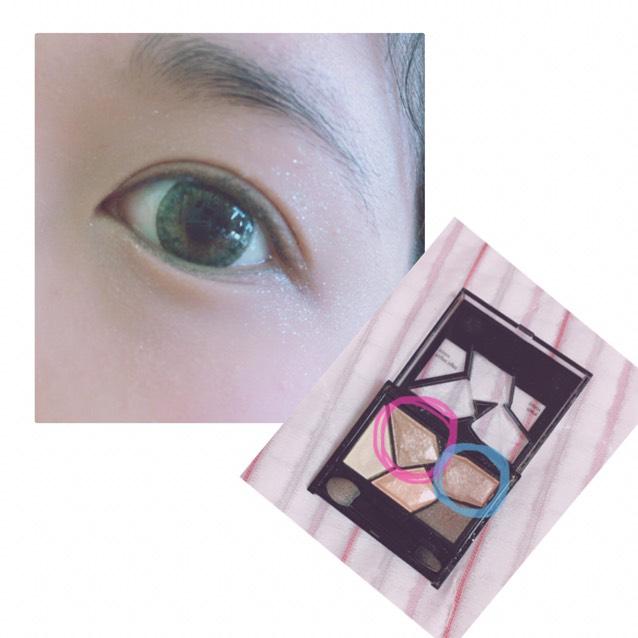 上まぶた全体と下まぶたにKATEカラーシャスダイヤモンドBR-1のピンクの丸の色を塗ります。 二重幅に青の丸の色を塗ります。