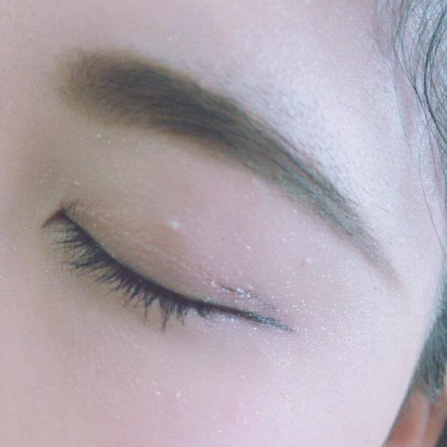 アイライナーを乾かすために、先に眉毛を書きます。(写真はマスカラ済み) キャンメイクパウダリーブロウペンシル02で平行になるように書くだけです。