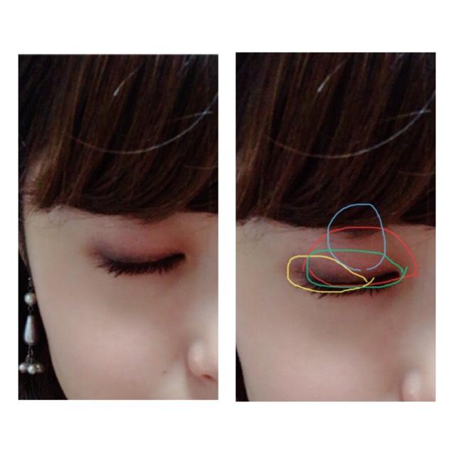 だいたいグラデーションする場合場合、各色を目の幅にそってのせてくと思います。  今回はそうではなく、縦にのせました。  赤:右上の薄い色 ⇨アイホール全体に  緑:左下の赤みブラウン ⇨目尻にむかって高さを出して  黄:右下の濃い色 ⇨黒目くらいから目尻にむかってのせる  青:ラメ ⇨アイホールの高め位置にぽんぽんのせる 目を縦に大きくみせてくれます