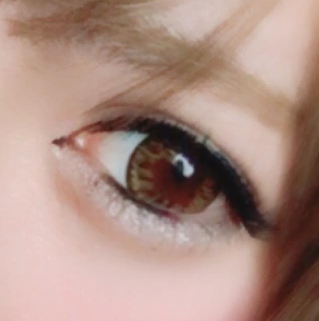 アイラインは細くかき目尻は目の形に合うようにかきます そして切開ラインを少し書いてジェルライナーで下のところの粘膜の黒目の下ら辺にラインを引きます