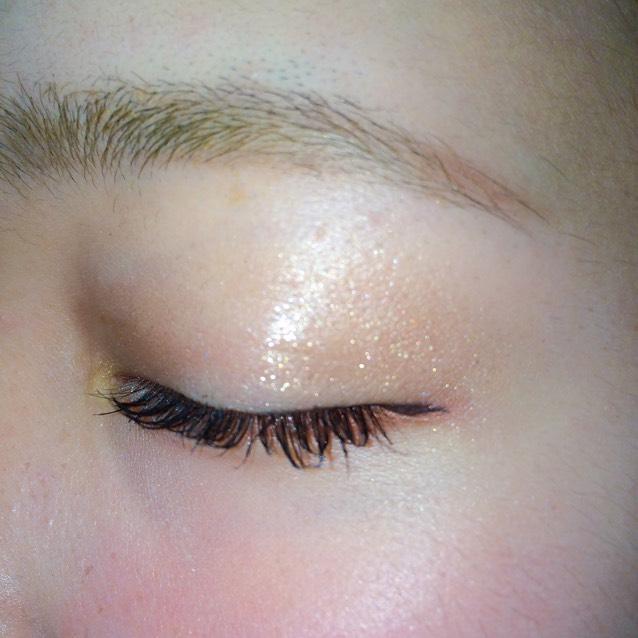 眉毛は平行にナチュラルに! クリームアイシャドウを全体に塗って白のラメアイシャドウを目の中心に塗る