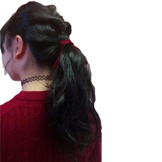 ウェーブ巻きをしてからハーフアップでくるりんぱしてからハーフアップの髪の毛と残ってる髪の毛を1つにポニーテール! 横髪を少し出してゆるく巻いて女の子っぽく!