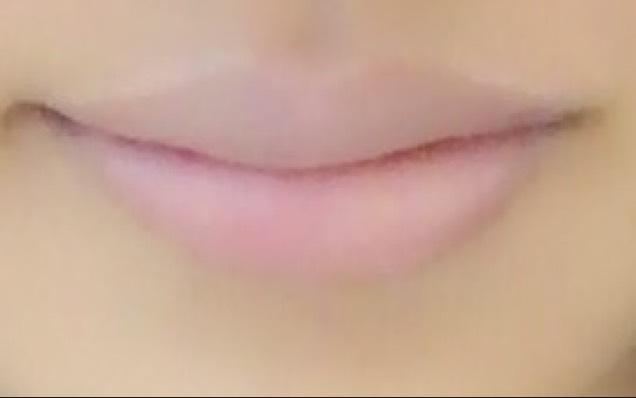 リップコンシーラーで、唇の色を消す