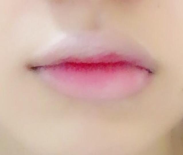 色付きの唇を唇の真ん中だけに塗る