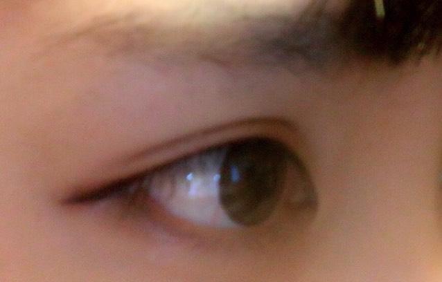 赤系のシャドウを二重幅に薄めにぬります。((のせすぎると目が腫れぼったく見えてしまうので注意!))