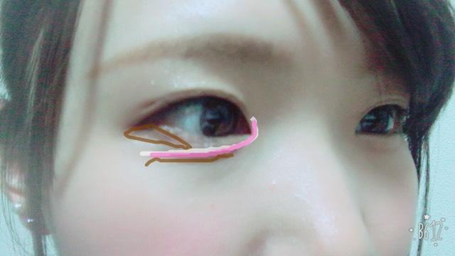 ピンクの線のところにピンクのラメを入れ、先ほどのハイライトを馴染ませます