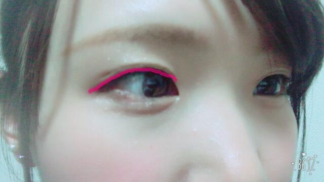 アイラインは黒目の上を太めに引き目尻は跳ね上げたりせずに目の形に沿って延長線上に伸ばして引きます 目頭と同じ高さのところまでアイラインを引きます