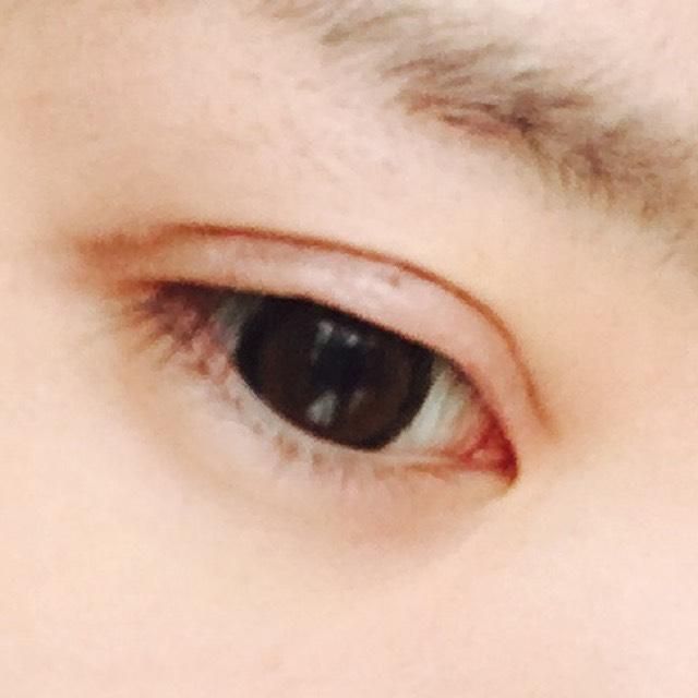 赤っぽいブラウンでダブルラインを描き、それだけでは不自然なので目尻側も濃いめのブラウンを入れてぼかします