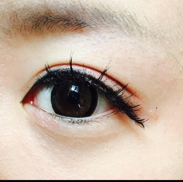 リキッドライナーでラインを引きます。 この時、黒目の上、やや目頭寄りを太めに引くと丸目になれます。 切開ラインはほんの少し! そして目頭にはハイライトを入れることで目が少し寄るのと、ノーズシャドウにメリハリがつきます。