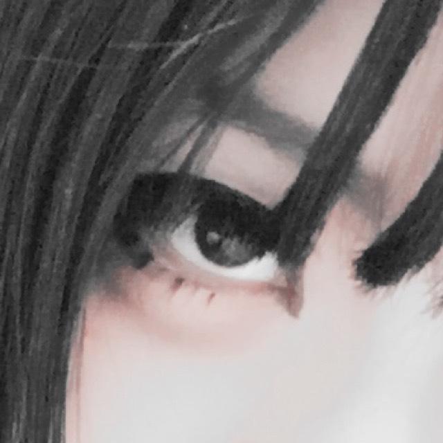 下にもラインを入れる。黒目にはいかない程度の長さ。少し目の際から離して描くとデカ目効果up