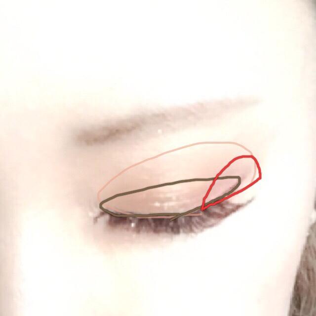 上瞼はキャンメイクのキラキラのやつを塗って、ゴールド系の色をアイホール全体に 2重幅に濃い茶色 2重幅の目尻側にボルドーを