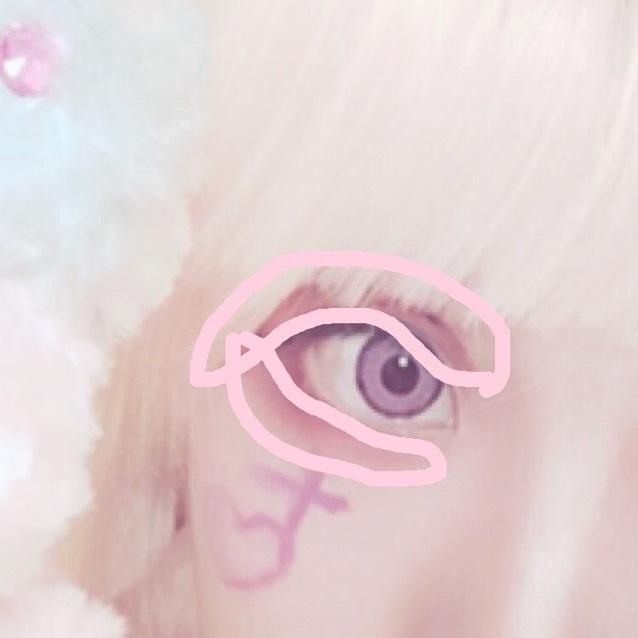 クリームチークで目の周りを塗る。ピンクを強調させたいのでしっかりと塗る。