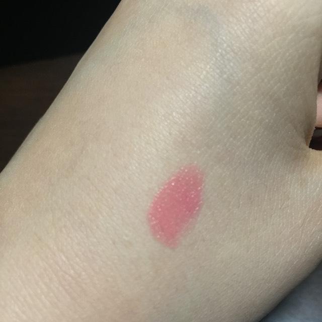 手に塗るとこんな感じです 明るいピンクです