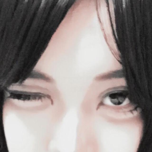 次にダブルラインを引きます。 これも黒シャドウを使って引きました。 その上から茶色シャドウでぼかしています。 ダブルラインは目を開いた状態の方が描きやすいです。