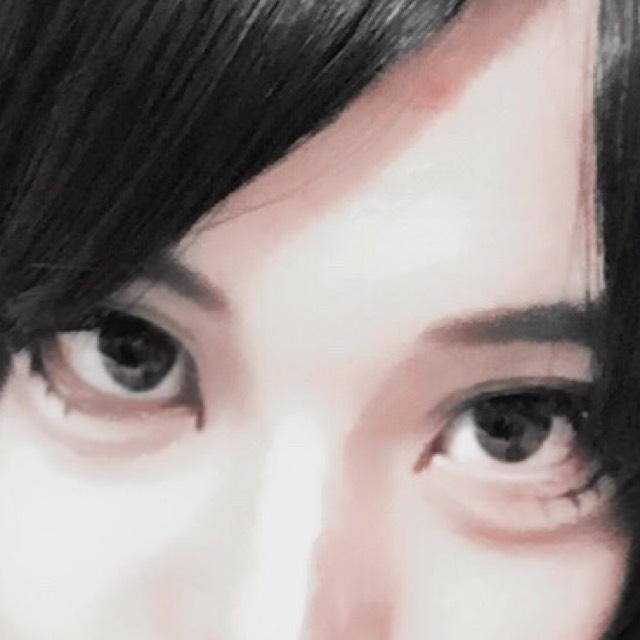 アイブロウパウダーで眉毛を描いたあと、そのまま鼻筋にいきます。 中央には細く白いシャドウをのせ、その周りを茶で影をつけていきます。 あくまで写真用ですから、普段使いの方はやりすぎに注意