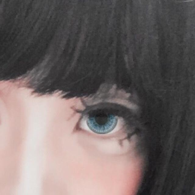 わすれていましたが、人形によく描かれている二本の上まつげを描いています。(黒シャドウまたはアイライナー) 人形要素が増します。