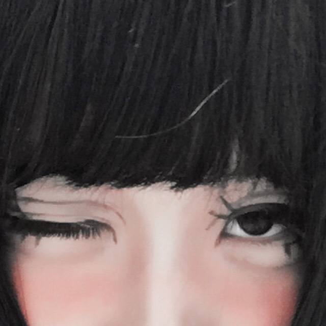 眉毛見えてませんが、細め、タレがちに描いています。 アイブロウをそのまま鼻筋へと持っていきノーズシャドウを描きます。 ポイントは濃くしすぎないこと。歌舞伎になります笑 鼻の真ん中に白シャドウで1本の線を描きます